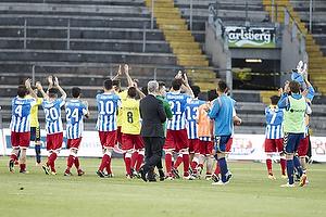 Spillerne fra AC Juvenes-Dogana hilser p� Br�ndbyfans
