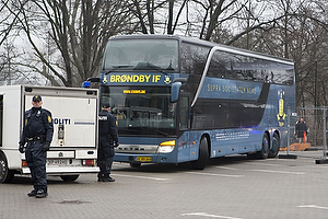 Spillerbussen fra Br�ndby IF ankommer til Parken