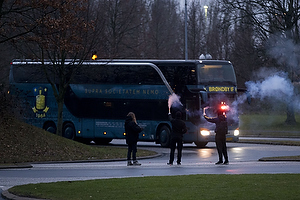 Bussen med Br�ndbyspillerne ankommer til Br�ndby Stadion og modtages af fans