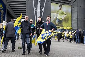 Fans med Sydsiden-flag i anledning af tribunens 25 �rs jubil�um