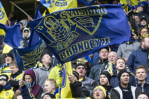 Br�ndbyfans p� Sydsiden med flag