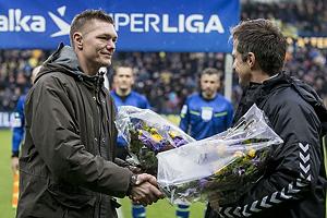Troels Bech, sportsdirekt�r (Br�ndby IF) med blomser til Mads Toppel (Br�ndby IF)