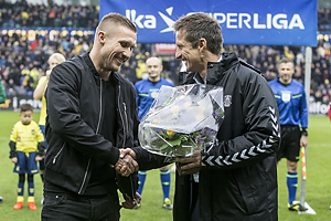 Troels Bech, sportsdirekt�r (Br�ndby IF) med blomser til Martin Albrechtsen (Br�ndby IF)