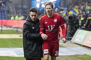 Thomas S�rensen (Lyngby BK) skadet med en br�kket arm.
