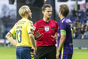 Johan Larsson, anf�rer (Br�ndby IF), Anders Poulsen, dommer, Jakob Poulsen, anf�rer (FC Midtjylland)
