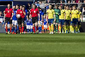 Sandi Putro, dommer f�lger de to hold p� banen p� Lyngby Stadion