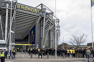 K� ved indgangen til Sydsiden p� Br�ndby Stadion
