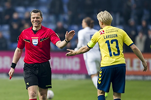 Michael Tykgaard, dommer, Johan Larsson, anf�rer (Br�ndby IF)