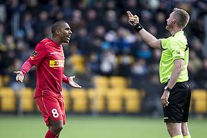 Patrick Mtiliga (FC Nordsj�lland), Jakob Kehlet, dommer