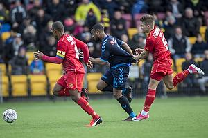 Kevin Mensah (Br�ndby IF) hives i tr�jen af Mads Mini Pedersen (FC Nordsj�lland)