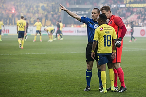 Mads-Kristoffer Kristoffersen, dommer udviser Lebogang Phiri (Br�ndby IF) i overtiden, Johan Dahlin (FC Midtjylland)
