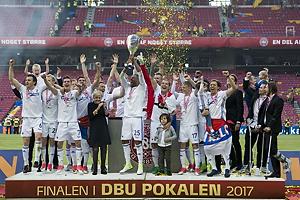Mathias Zanka J�rgensen (FC K�benhavn) l�fter DBU Pokalen