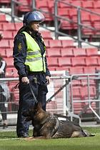Kampkl�dt betjent med hund p� Parkens gr�s
