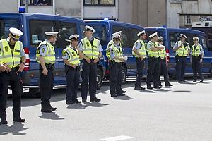 Politibetjente og biler danne barriere