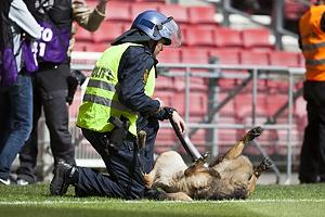 Politimand med k�len hund p� Parkens gr�s