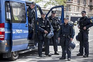 Kampkl�dt politi ved politibil