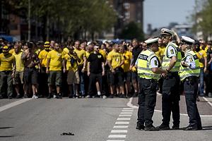 Br�ndbyfans i f�lles march mod Parken fulgt af politet