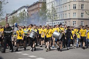 Br�ndbyfans i f�lles march