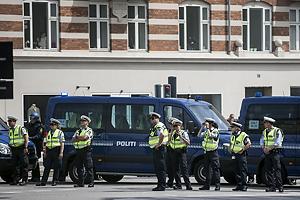 Politi og biler danner barriere