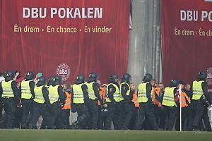 Kampkl�dt politi i Parken