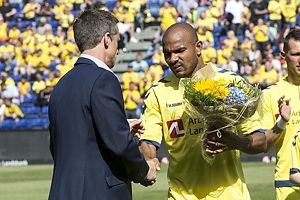 Troels Bech, sportsdirekt�r (Br�ndby IF) med blomster til Rodolph William Austin (Br�ndby IF)