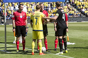 Lars Christoffersen, dommer, Thomas Kahlenberg, anf�rer (Br�ndby IF), Andreas Maxs�, anf�rer (FC Nordsj�lland)