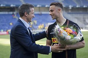 Troels Bech, sportsdirekt�r (Br�ndby IF) med blomster til topscorer Marcus Ingvartsen (FC Nordsj�lland)