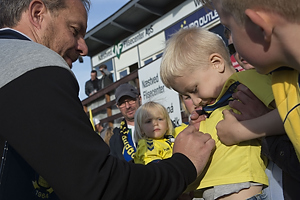 Alexander Zorniger, cheftr�ner (Br�ndby IF) skriver en autograf