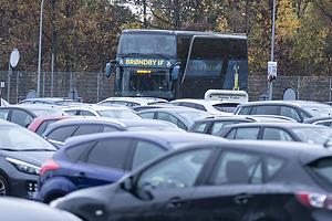 Spillerbussen ankommer til Br�ndby Stadion