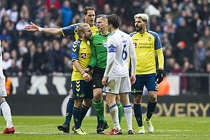 Kasper Fisker (Br�ndby IF), Michael Tykgaard, dommer, William Kvist, anf�rer (FC K�benhavn)