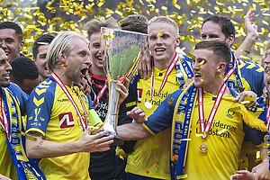 Johan Larsson, anf�rer (Br�ndby IF), Lasse Vigen Christensen (Br�ndby IF)