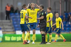 Paulus Arajuuri (Br�ndby IF), Michael Tykgaard, dommer, Kamil Wilczek (Br�ndby IF)