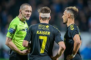 Mads-Kristoffer Kristoffersen, dommer, Dominik Kaiser (Br�ndby IF), Hany Mukhtar (Br�ndby IF)